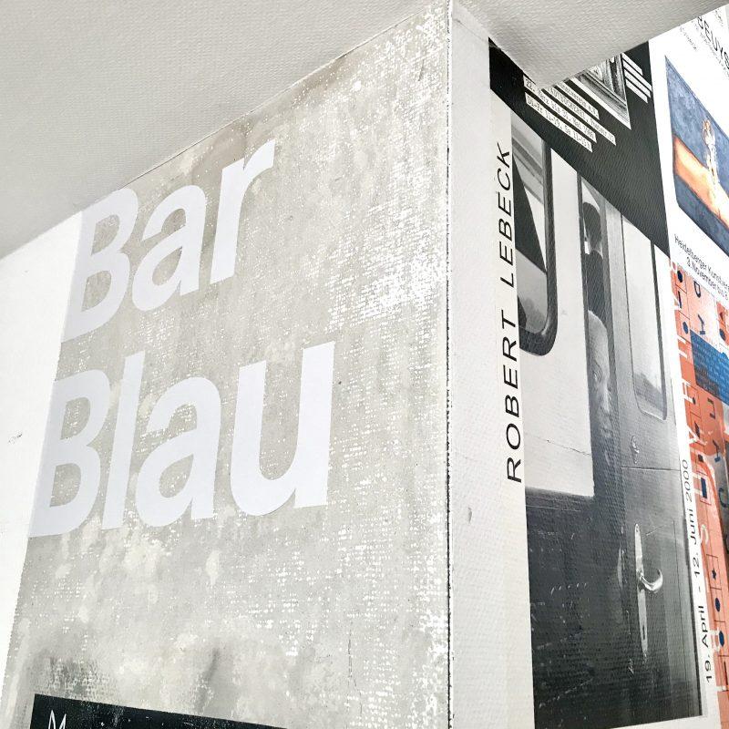 Teile der Cafeteria mit Schriftzug Bar Blau